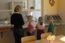 Prvňáčci obědvají - září 2008