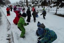 Stavění sněhuláků v MŠ